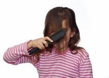 красивейшие расчесывая волосы девушки ее смеяться над Стоковое Изображение