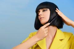 красивейшие расчесывая волосы девушки она Стоковое Изображение RF