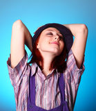 красивейшие руки девушки крышки держат около усмехаться Стоковые Фото