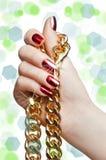 Красивейшие руки женщины при цепь изолированная на белизне Стоковое Изображение