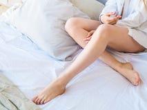 Красивейшие сексуальные женские ноги Портрет девушки фотомодели внутри помещения Женский ишак в нижнем белье тело нагое Стоковое Изображение RF