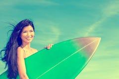 Красивейшие серфер девушки женщины Бикини & пляж Surfboard Стоковые Изображения