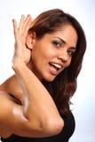 красивейшие слушая детеныши женщины усмешки Стоковые Изображения