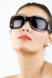 красивейшие солнечные очки нося детенышей женщины стоковая фотография rf