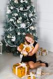 красивейшие счастливо сь детеныши женщины В руках подарка на рождество Стоковые Фото