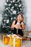 красивейшие счастливо сь детеныши женщины В руках подарка на рождество Стоковая Фотография
