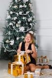 красивейшие счастливо сь детеныши женщины В руках подарка на рождество Стоковая Фотография RF