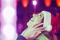 красивейшие счастливые детеныши женщины Удивленная девушка зимы Стоковые Фото