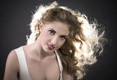 красивейшие с волосами длинние детеныши женщины Стоковая Фотография RF