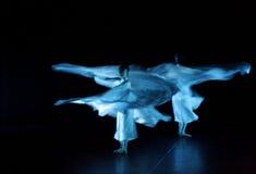 красивейшие танцоры производят эффект завихряться ткани Стоковые Изображения
