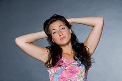 красивейшие темные с волосами детеныши женщины Стоковые Изображения RF