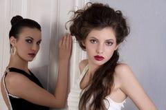 красивейшие черные девушки платья белые стоковая фотография rf