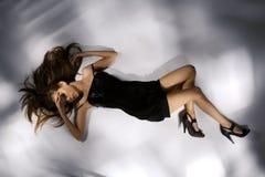 красивейшие черные платья детеныши женщины шикарно стоковая фотография