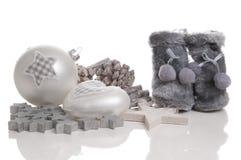 Красивейшие шарики рождества с ботинками конусов сосенки Стоковые Изображения
