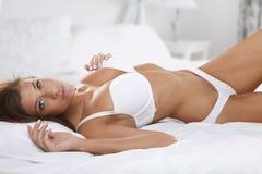 красивейшие детеныши женщины кровати Стоковое Изображение RF