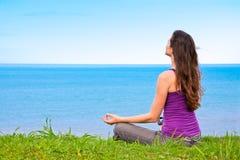 красивейшие meditating детеныши женщины Стоковые Фотографии RF