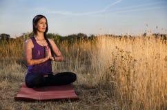 красивейшие meditating детеныши женщины Стоковая Фотография RF
