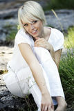 красивейшие outdoors ослабляя детеныши женщины Стоковое Фото