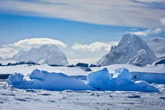 Красивейшие snow-capped горы Стоковые Изображения RF