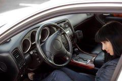 красивейший автомобиль коммерсантки ее детеныши Стоковые Изображения RF