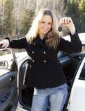 красивейший автомобиль пользуется ключом детеныши женщины Стоковые Фото