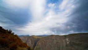 Красивейший ландшафт горы с облаками сток-видео