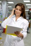 Красивейший аптекарь работая в фармации Стоковые Фото