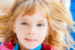 красивейший белокурый лежать девушки голубых глазов Стоковое фото RF
