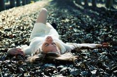 красивейший белокурый лежать листьев девушки Стоковое Фото