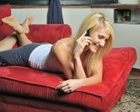 красивейший белокурый телефон франтовской используя женщину Стоковые Изображения RF