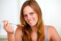красивейший белокурый усмехаться девушки еды Стоковое Изображение RF