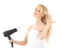 Красивейший белокурый фен для волос удерживания Стоковые Изображения RF