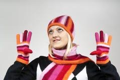 красивейший белокурый шлем девушки смотря вверх носящ Стоковое Изображение