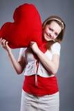 красивейший большой красный цвет сердца девушки Стоковое Изображение RF