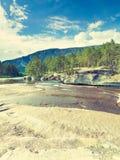 красивейший взгляд лета реки горы Стоковые Фото
