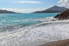 красивейший взгляд моря Гора идет в море Море на солнечный день адриатическое море Черногория Стоковая Фотография