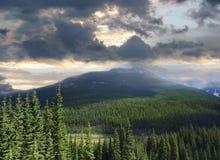 Красивейший взгляд утесистых гор в Альберте Стоковая Фотография RF