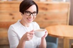 красивейший выпивать кофе коммерсантки Стоковое Фото