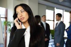 красивейший говорить телефона коммерсантки Стоковое фото RF
