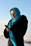красивейший голубой шарф мобильного телефона девушки Стоковые Фото