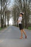 красивейший гулять дороги девушки Стоковое Изображение RF