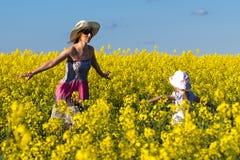 красивейший гулять мати дочи сурепки Стоковая Фотография