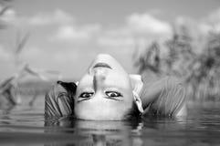 красивейший дикарь реки девушки стоковые фотографии rf