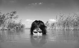 красивейший дикарь реки девушки стоковое фото rf