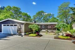 Красивейший дом с гаражом, взглядом озера и большим двором перед входом. Стоковые Изображения