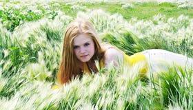 красивейший лежать зеленого цвета травы девушки Стоковая Фотография