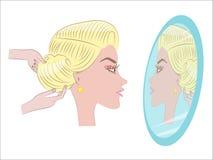 красивейший делая стиль причёсок девушки Стоковые Фотографии RF