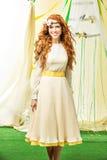 красивейший желтый цвет девушки платья Стоковые Фото