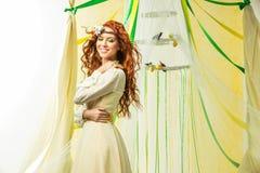красивейший желтый цвет девушки платья Стоковые Фотографии RF
