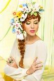 красивейший желтый цвет девушки платья Стоковые Изображения